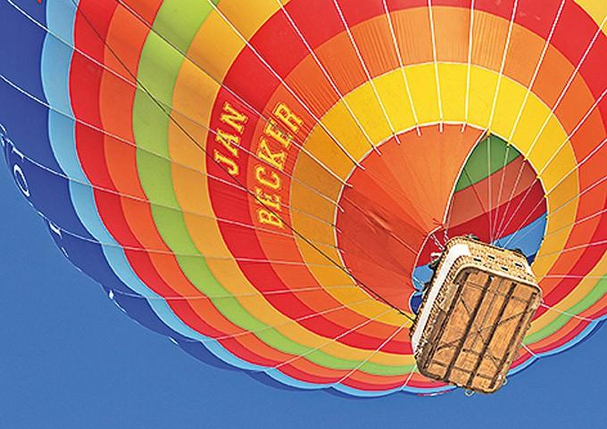 Nah-Ansicht von unten eines schwebenden Heissluftballons.